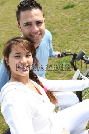 junges, paar, auf, fahrrädern, in, einem - 5882911