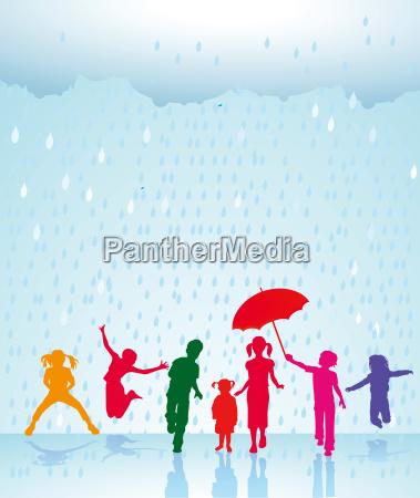 froehliche kinder im regenschauer