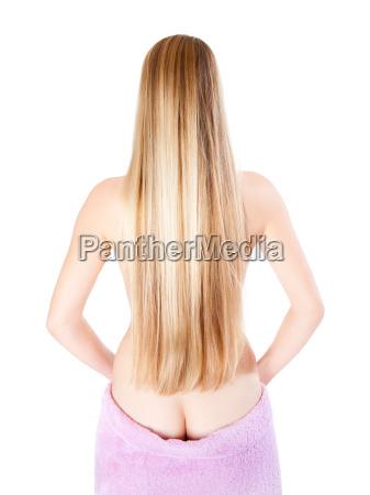 schoene blonde frau bedeckt ihren nackten
