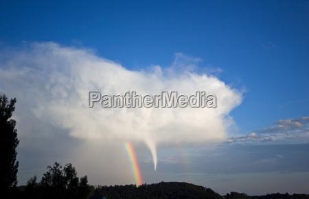 tornado mit regenbogen