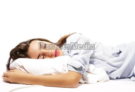schlafende schoene frau im schlafanzug