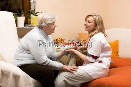 altenpflegerin macht hausbesuch