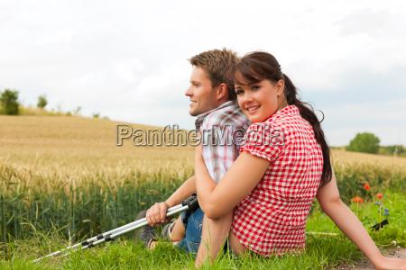 junges sportliches paar beim wandern im