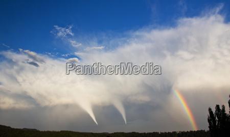 tornado und regenbogen