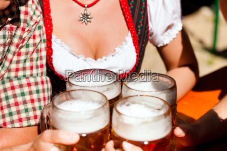 eine frische mass bier im biergarten