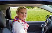 junge geschaeftsfrau im auto