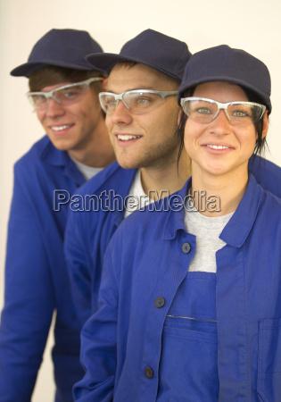 azubi im unterricht in arbeitskleidung