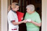 altenpflegerin beim hausbesuch eine patientin