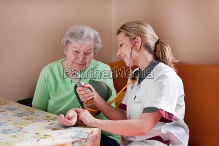 altenpflegerin, misst, blutdruck, bei, seniorin - 6782757