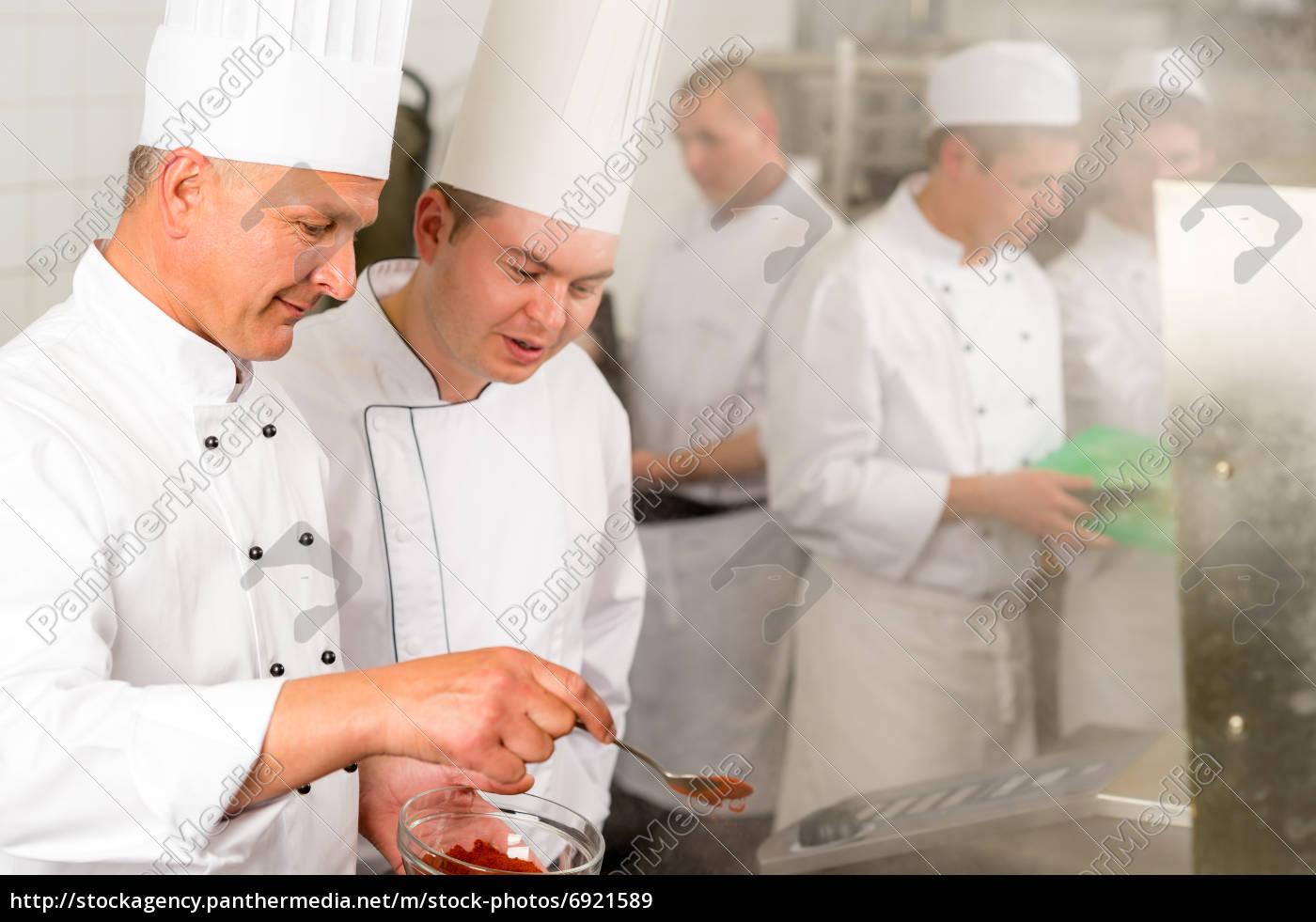 profi-küche küchenchef würzen lebensmittel - lizenzfreies bild