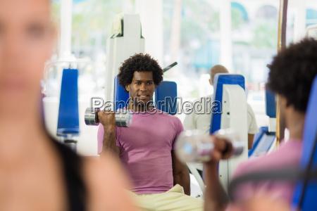 frau gewicht hebend stellenwert workout ausuebung