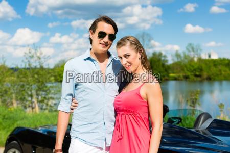 junges paar mit cabrio im sommer