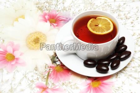 tee mit zitrone und schokolade auf