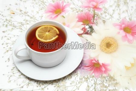tasse tee mit zitrone auf blumen