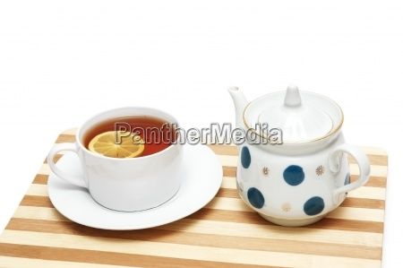 tasse tee mit zitrone und topf