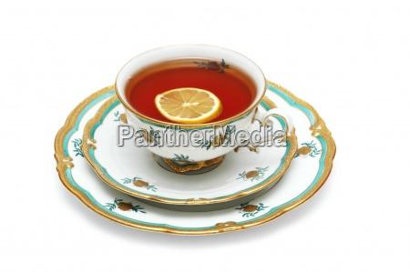 tasse tee mit zitrone isoliert auf