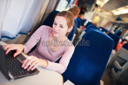 junge frau mit ihrem laptop computerwaehrend