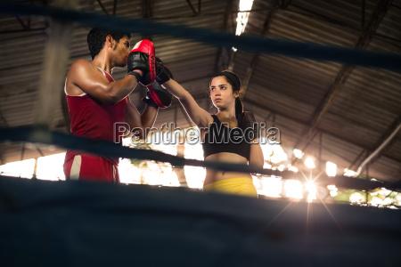 frau abwehr boxer dompteuse boxen gym