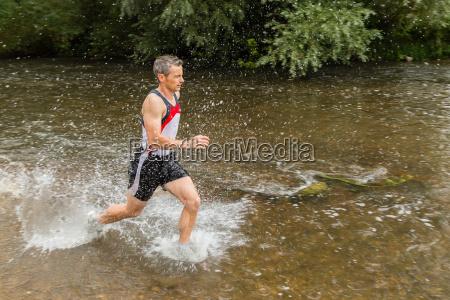 trailrunning durch einen bach
