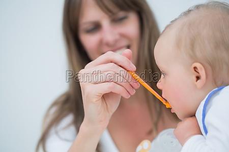mutter, fütterung, ein, baby, im, wohnzimmer - 7727395