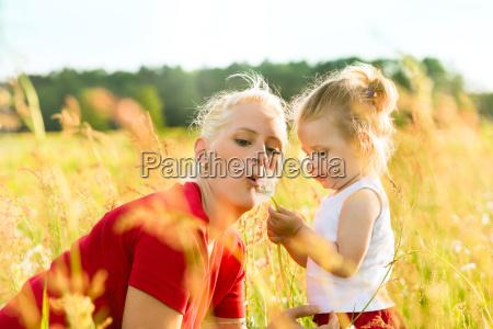 mutter mit kleinkind in der wiese
