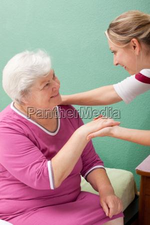 krankenschwester besucht seniorin