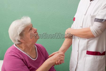 aerztin begruesst patientin