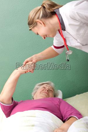 aerztin macht hausbesuch bei einer patientin