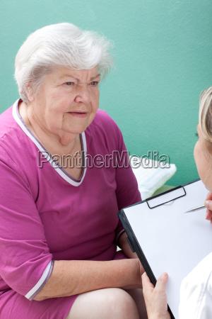 seniorin und pflegerin beieinander daten werden