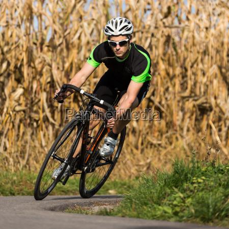 radsportler auf einem rennrad