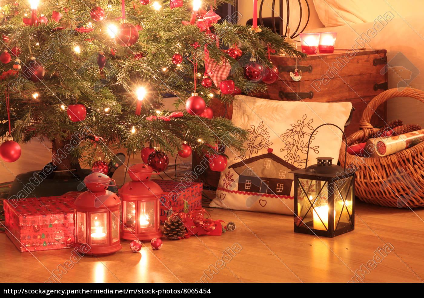 weihnachtsgeschenke unter dem baum stock photo. Black Bedroom Furniture Sets. Home Design Ideas
