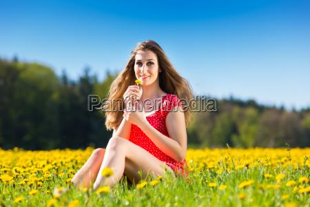 maedchen im fruehling auf einer blumenwiese