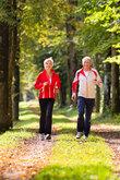 senioren beim jogging im wald