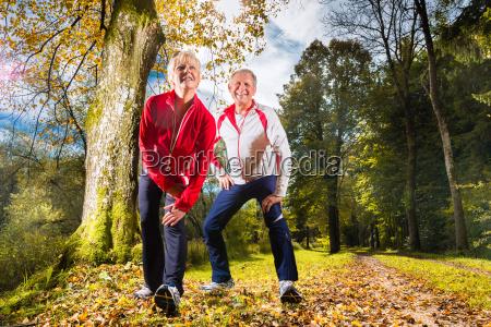 senioren beim training im wald