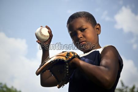 sportbaseball und kinderportraet des kindes werfen