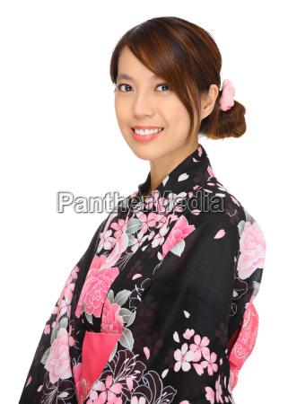 junge frau japanischen kimono traegt