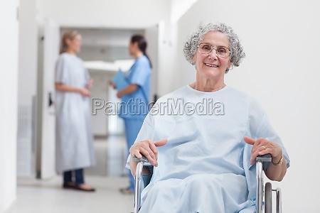 aeltere patienten im korridor