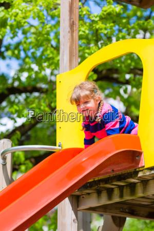 kleines kind auf einem klettergeruest