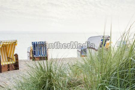 strandkoerbe am leeren strand