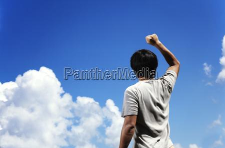 man ballen die faust zum himmel
