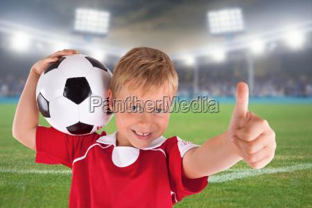 gluecklicher fussballfan im stadion