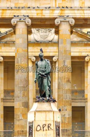 plaza de bolivar statue