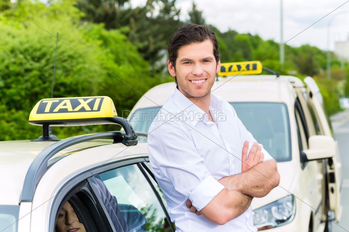 taxifahrer neben taxi wartet auf kunden stockfoto 9876330 bildagentur panthermedia. Black Bedroom Furniture Sets. Home Design Ideas