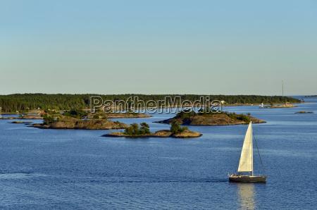 segelboot in den schaeren bei stockholm