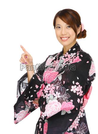 asiatische frau mit kimono und zeigt