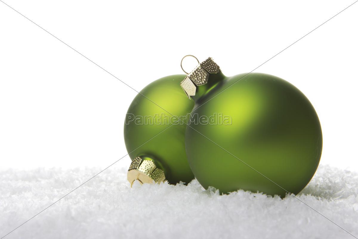 Weihnachtskugeln gr n auf kunstschnee mit wei em for Weihnachtskugeln bilder