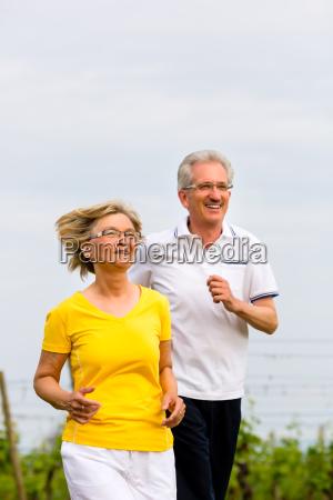 senioren beim jogging auf dem land