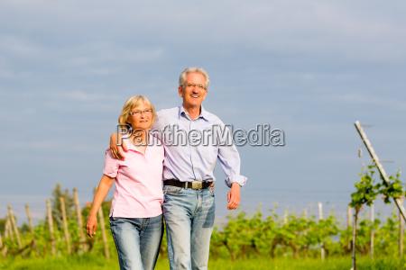 senioren im sommer auf spaziergang in