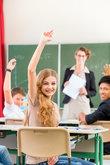 lehrer unterrichtet schueler in der klasse