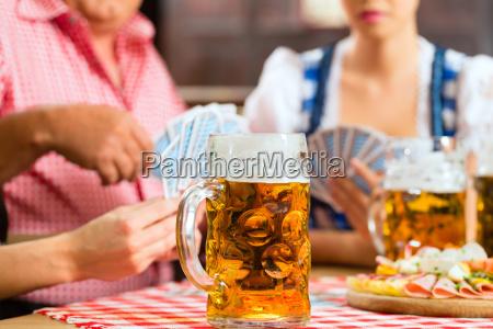 wirtshaus freunde trinken bier in